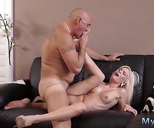Vanha nainen ja äiti nuori kiimainen ash-blondi haluaa yrittää jotakuta vähän enemmän - vähän enemmän