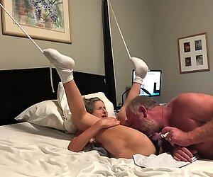 60 ans personne agée maman salope mamie femme mûre première éjaculation d'ongle devant la caméra