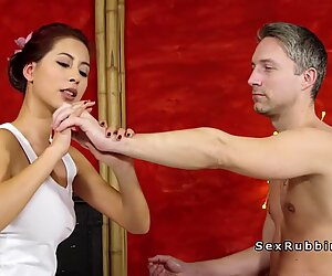 Habile asiatique masseuse donne branlette et baise - Christy Charming
