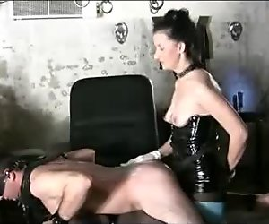dominatrice claudiacuir maitresse godeuse avec soumis alex