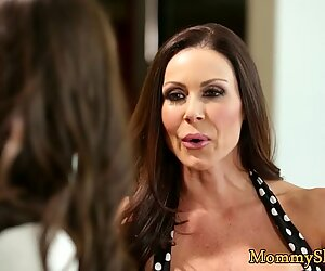 Maman salope pussylicking sa belle-fille