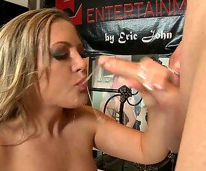 Forte poitrine maman salope Carmen Valentina montre ses gros seins et son cul rond et baise avec vieil homme