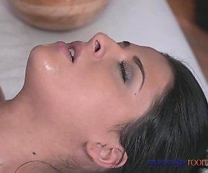 Masaj odaları seksi sarışın verir siyahi haired güzel kadın yoğun bir orgazm