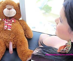 Gros avec les seins Angelina Castro a des relations sexuelles avec Ours en peluche?!