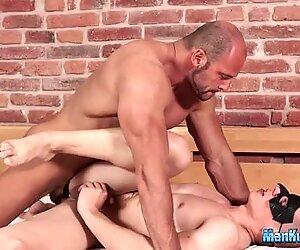 Porno homosexuel avec deux étalons