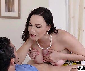 Alivegirl.net - maman salope corbeau alexie avec de gros seins naturels et des talons