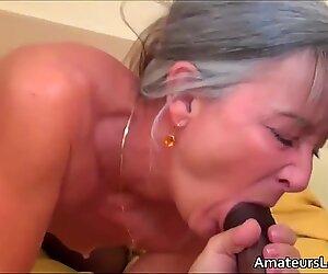 Un jeune noir avec une grosse queue baise une grand-mère plus âgée