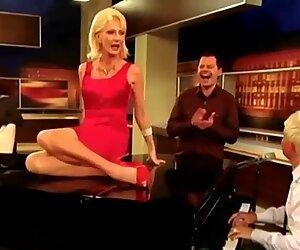 Desiree Nick Cum GILF Spagat Upskirt Pussy Klavier TV Show