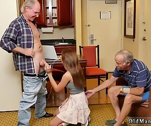Papa de fille de copain ronde et vieille maman méchante présentant dukke