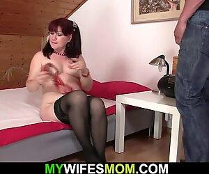 Anne üstüne binme önce kocaman yapay penis ile oynuyor onun topuzu
