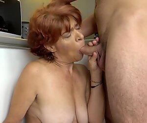 Horny Granny aux seins compressés baise dur