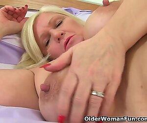 La grand-mère britannique Lacey Starr baise sa chatte avec un bâton de baise