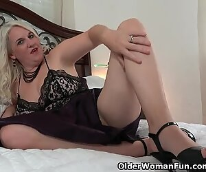 Florida mummy Anna Moore faux-cocks her needy vag