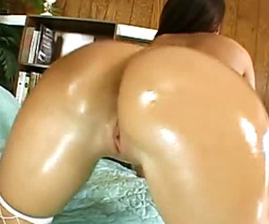 Really voluptuous babe Richelle Ryan oils up her mad curves
