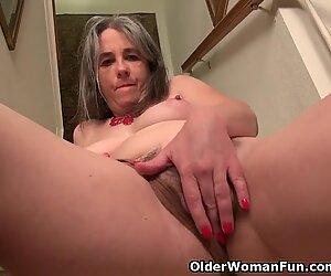 Yankee maman salope kelli se décolle et se masturbe dans les escaliers