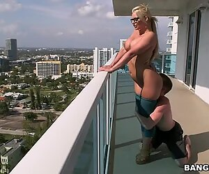 Chubby blonde sexpot Phoenix Marie gives blowjob and jiggles her booty