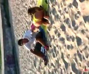 Фантастическое греческое молодое. желтые бикини на пляже дразнят нас