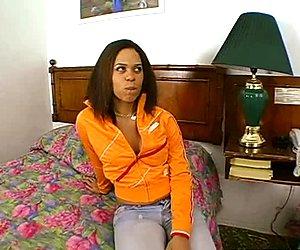Kuuma äskettäinen musta nainen esiintyy