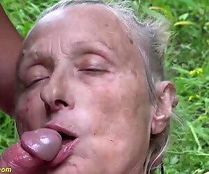 Bà căng 85 tuổi ngoại đầu mạnh mẽ ngoài trời bị chịch bởi một người đàn ông trẻ hơn