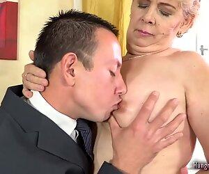 Blondi mummo nauttii hardcore sex